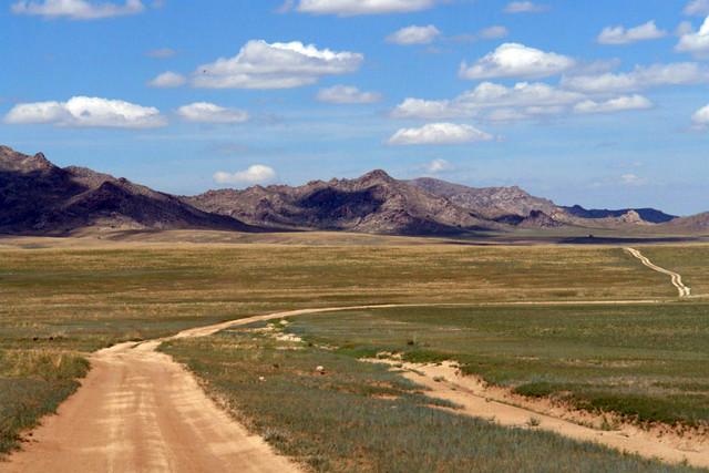 Llanuras y extensas estepas que rodean las montañas Altai que encontramos al alejarnos de las Mongol Els El entorno sagrado de las dunas Mongol Els de Mongolia - 9056714763 6957e52a82 z - El entorno sagrado de las dunas Mongol Els de Mongolia