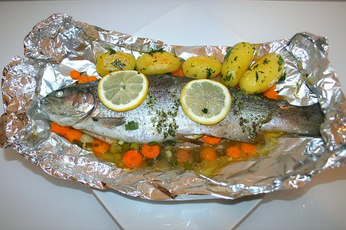 33 - Forelle in Alufolie mit Petersilienkartoffeln - serviert / Trout in kitchen foil with parsley potatoes - Served