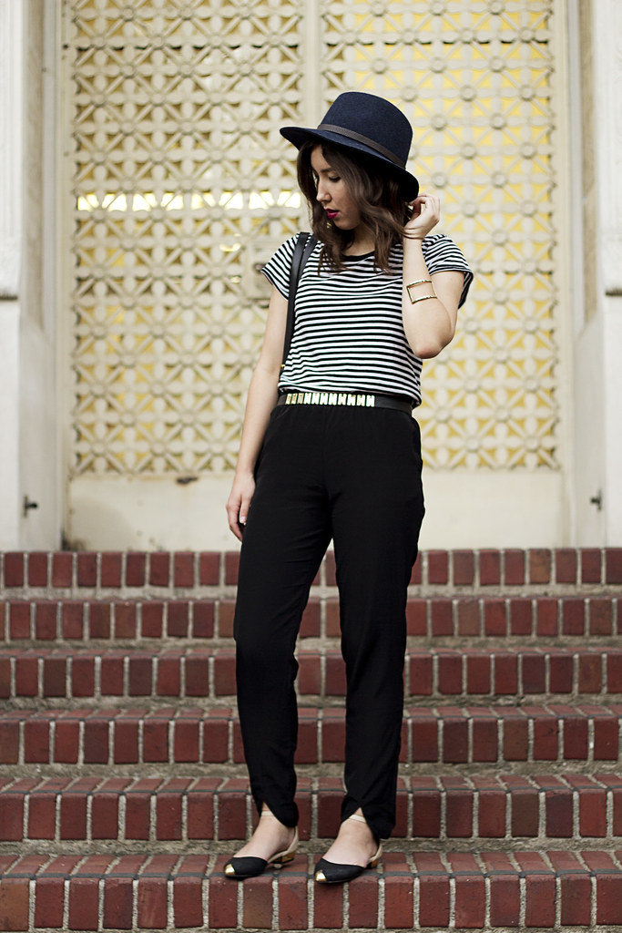 black and white outfit, how to wear silk pants, hm scallop hem pants, daily look color block flats, fedora