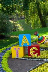 Ein Buchstaben-Arrangement auf der Kiev Flower Show 2013. Photo: Matt Shalvatis / flickr Creative Commons Licence Namensnennung, nicht kommerziell, Weitergabe unter gleichen Bedingungen