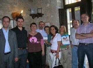 Socios del consorcio europeo que desarrollan el proyecto i-SeTCV visitando ART RUSTIC en la aldea de Anroig.