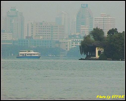 杭州 西湖 (其他景點) - 276 (在西湖十景之 蘇堤 看西湖上的湖心亭及市區)