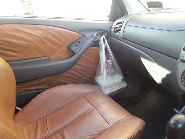 Fiat Bravo HGT, has no cup holder but the door handle works for noodles!