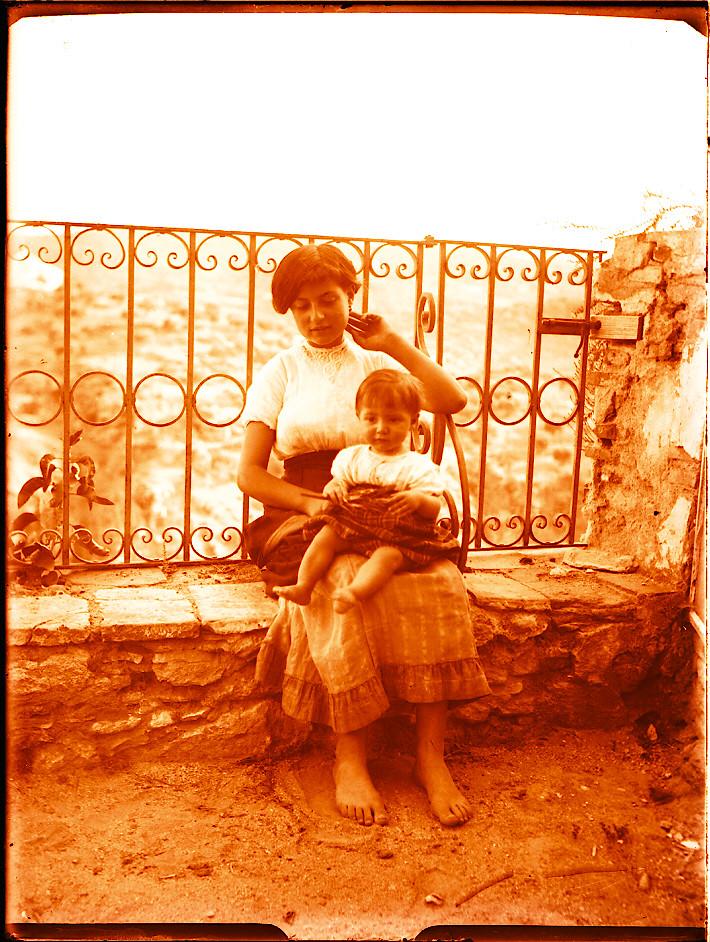Madre e hija en Roca Tarpeya hacia 1910. Fotografía de Pedro Román Martínez (c) JCCM, AHP, Fondo Rodríguez. Signatura R-118-3-07