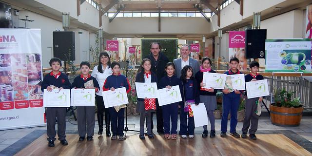 Niños de la Escuela Artística Armando Dufey de Temuco que realizaron las obras de la Exposición Uniendo el arte , las plantas y la ciencia.