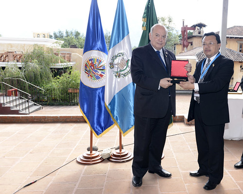 Mayor of Antigua, Guatemala, Gives OAS Officials Keys to the City