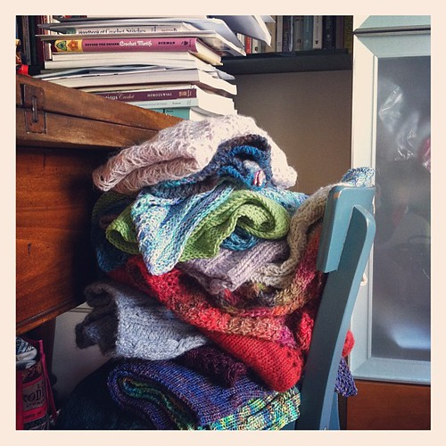 Organizing knitted samples of my patterns:) Organizzando campioni realizzati a maglia dei miei modelli:)