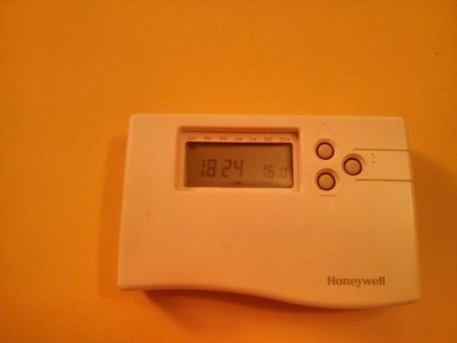 Bajando la temperatura de casa en invierno. Menos gasto energético y ahorro.