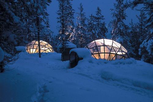 Иглу из термостойкого стекла позволяют насладиться северным сиянием в Финляндии