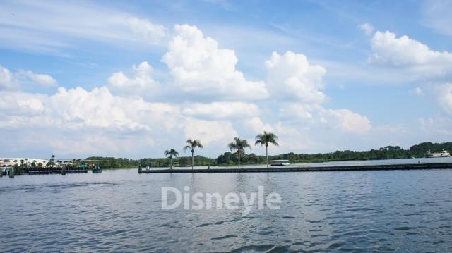 マジック・キングダムそばの湖を渡るボート