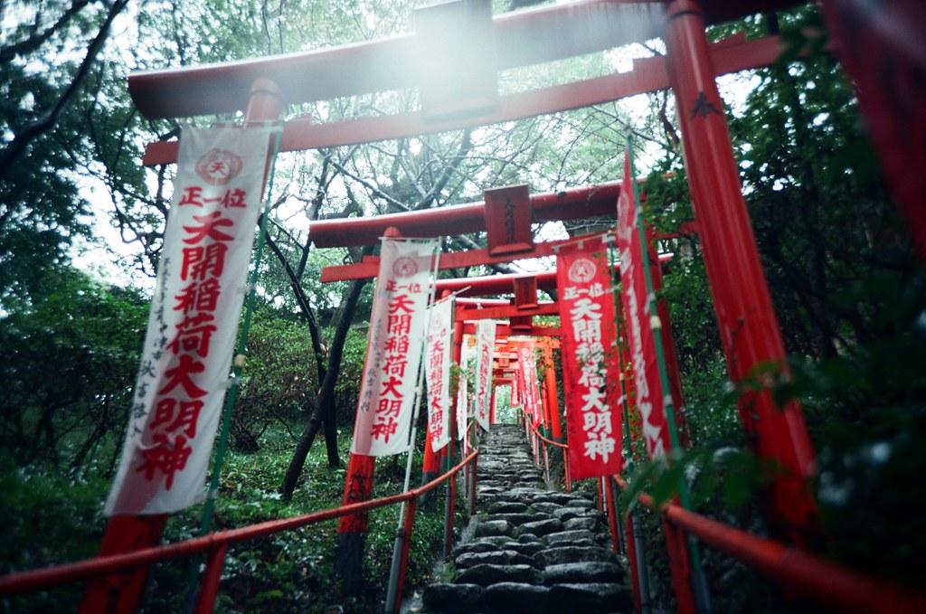 太宰府天滿宮 福岡, Japan / Kodak Pro Ektar / Lomo LC-A+ 不知道是對焦錯誤還是手震,畫面都是糊糊的狀態。但應該是這卷底片感光度比較低,所以快門變得太慢了。  逆光的一張。  我記得雨還是下個不停。  Lomo LC-A+ Kodak Pro Ektar 100 4894-0017 2016-09-29 Photo by Toomore