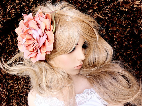 angelica-brigade_handmade-hair-fascinator_silk-floral-clip_headpiece_salmon-pink_iridescent-green_clea_fashion-shot_003