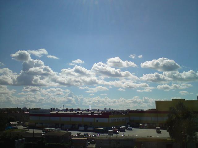 Вид из окна офиса: красивые облака