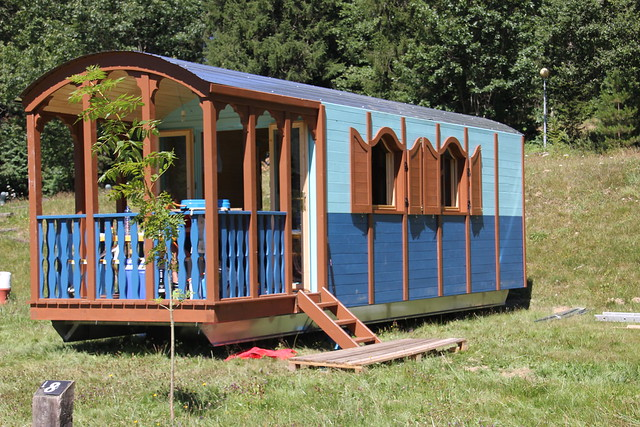 El complejo tambi n contar con roulottes de madera como for Alojamientos cabanas en los arboles