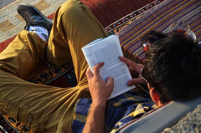 Leyendo un libro en Uskudar Turquía