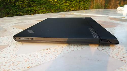 ด้านขวาของ Lenovo ThinkPad Helix