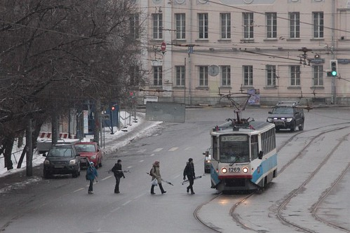 Intending tram passengers cross three lanes of traffic: Moscow tram #1269 on route 3