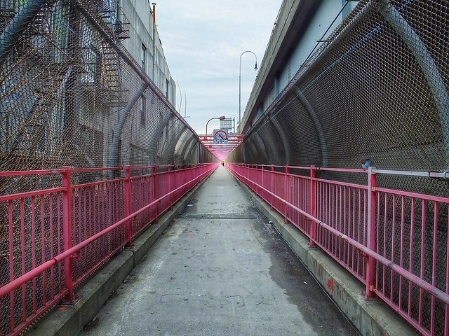 Williamsburg Bridge Pedestrian Path (New York, USA. Gustavo Thomas © 2014)