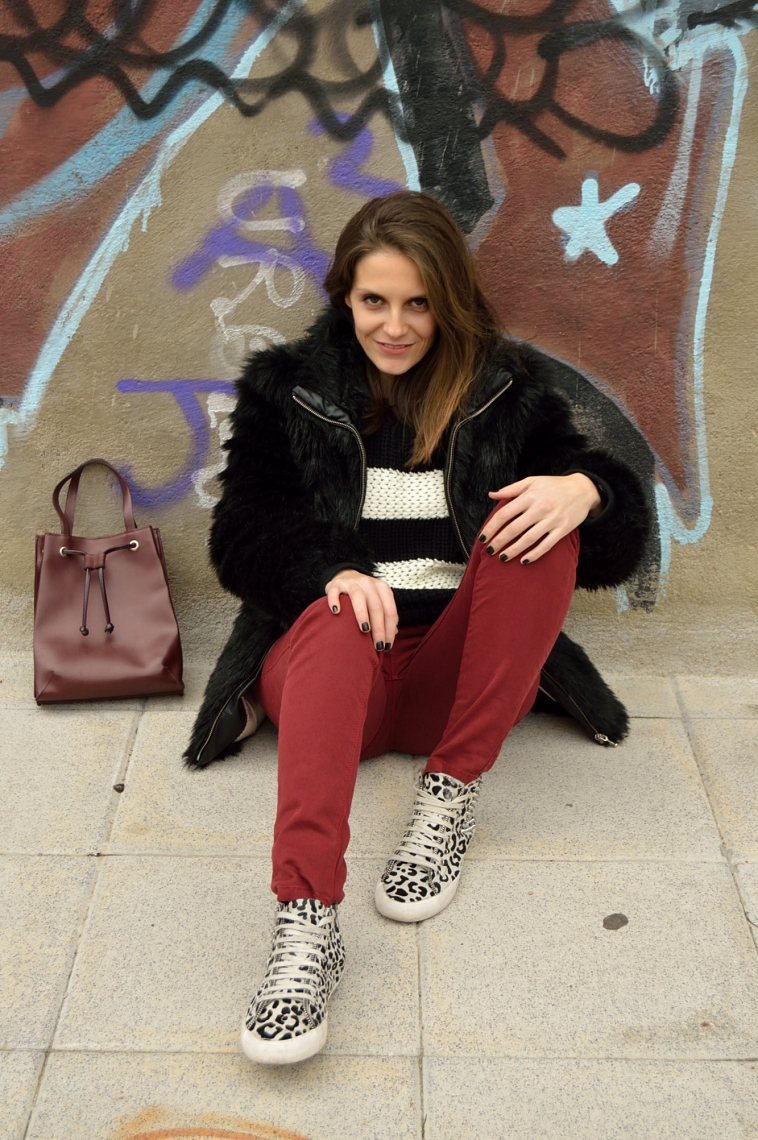 lara-vazquez-madlula-blog-casual-look-burgundy-jeans-bag-easy-chic