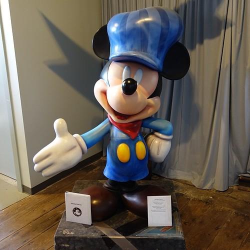 オリー・ジョンストンがデザインしたミッキー。75周年を記念して75人のアーティストが作ったシリーズのひとつ。
