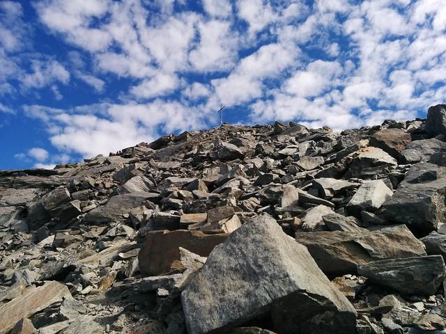 Gipfelkreuz der Dreieckspitze zum Greifen nahe