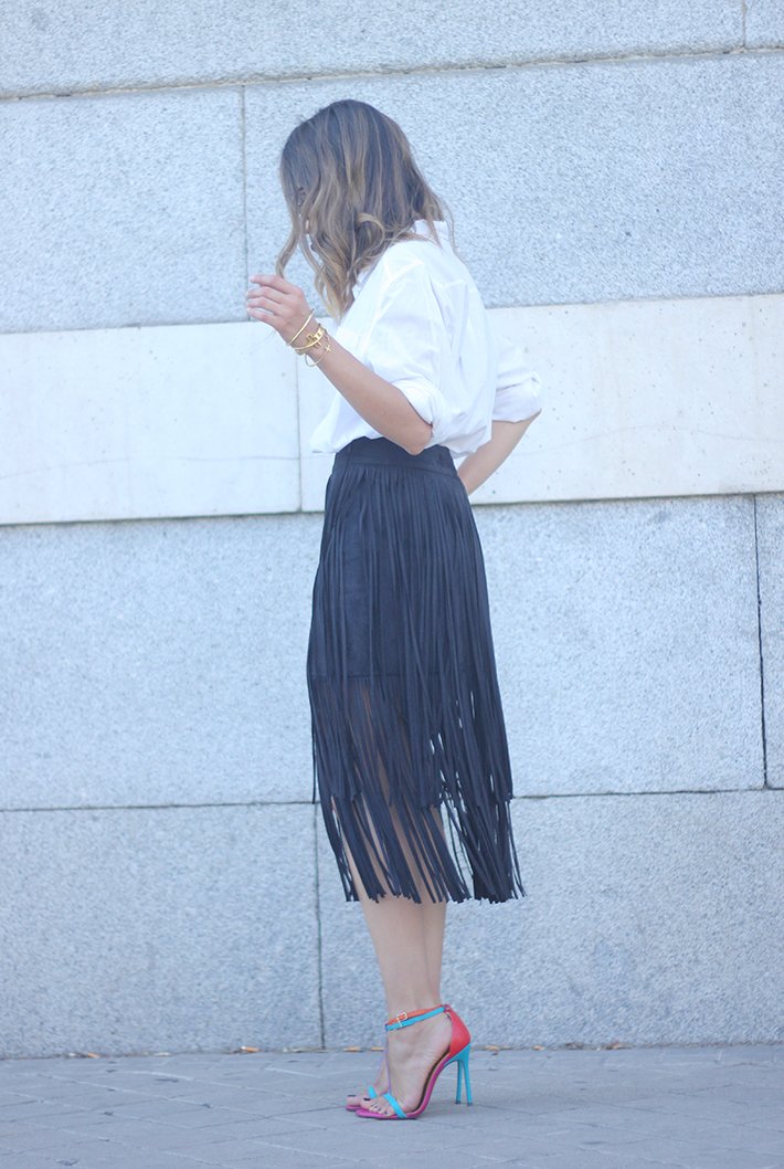 Fringed Black Skirt White Shirt Outfit Carolina Herrera Sandals04