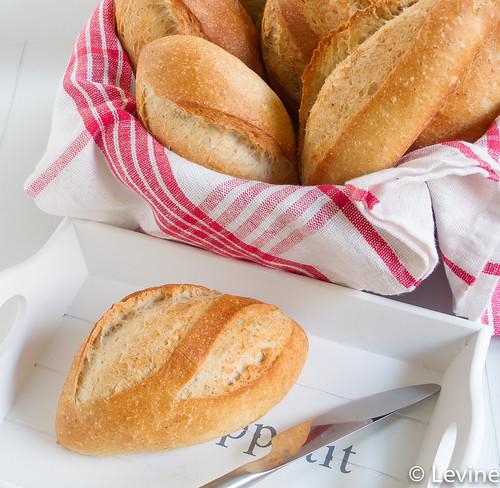 Knapperige witte broodjes-2