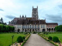 Le palais épiscopal (musée Bossuet) et les jardins, la cathédrale Saint-Étienne.