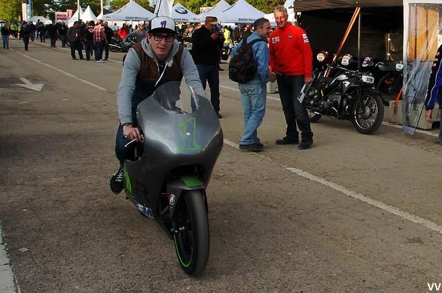 Votre serviteur, testant cette fameuse moto de piste électrique.