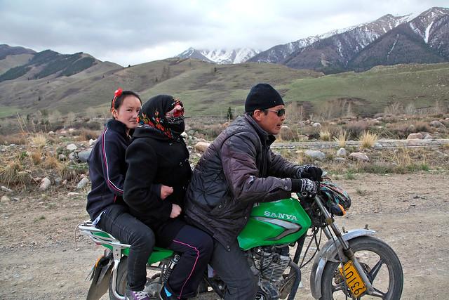 Kazakf family on a bike, Barkol バルクル、バイクに乗ったカザフ人家族