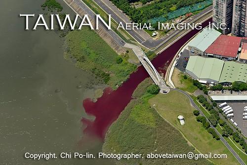基隆河、二重疏洪道及淡水河匯流處空拍血流成河的景象。(圖片來源:齊柏林飛越台灣臉書)