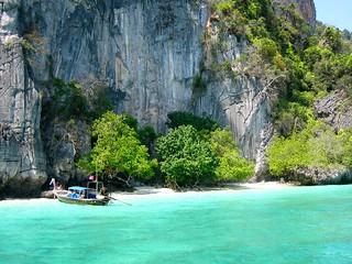 Boat near monkey Island, Ko Phi Phi, Krabi, Thailand - หมู่เกาะพีพี, กระบี่, ราชอาณาจักรไทย