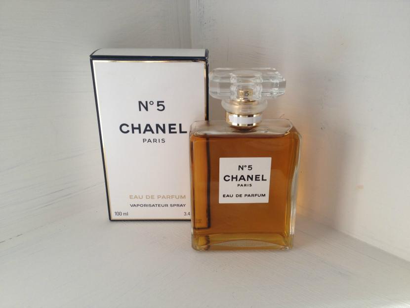 beautifully superfluous review chanel no5 eau de parfum. Black Bedroom Furniture Sets. Home Design Ideas