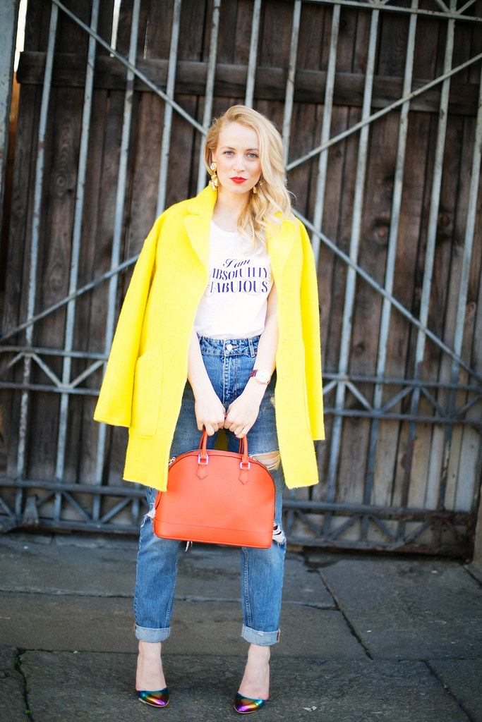 Alina Tanasa la MFW poarta haina galbena si blugi Zara, cercei Escada, I am Absolutely Fabulous tricou cu geanta Louis Vuitton rosie