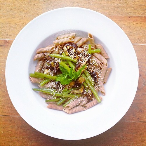 Pasta salad week, vegan recipe: wholegrain spelt fusilli pasta, roasted aubergine, steamed beans, toasted sesame seeds, fresh mint, balsamic vinegar, extra virgin olive oil. #instafood #instasalad #feelgood #healthy #healthyfood #saladpride #saladlove #sa