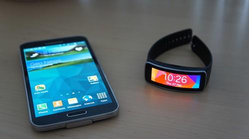 Samsung Galaxy S5 telefonas ir Gear Fit apyrankė