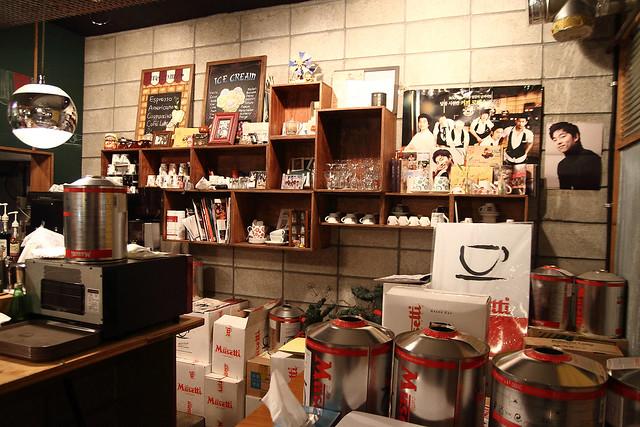 店内依然摆放着该电视剧的周边产品和演员们的照片