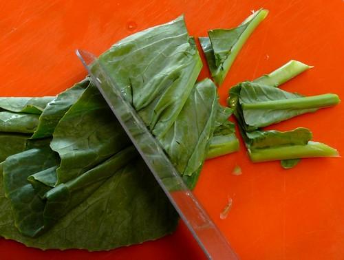 חותכים את העלים לרצועות עבות