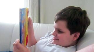 John freut sich über ein neues Bilderbuch