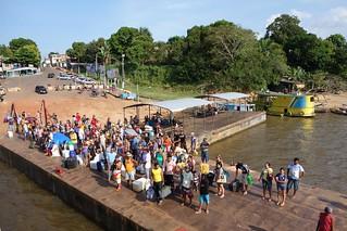 Pessoas à espera de embarcar