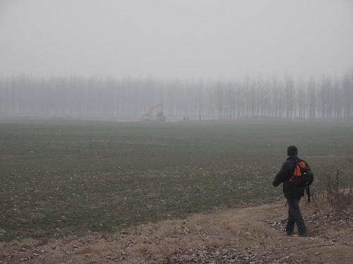 遠方挖土機正準備在河道上填出一條路來。圖片提供:林吉洋