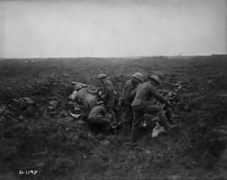 Canadian machine gunners setting up a Vickers machine gun in a shell hole, Vimy Ridge, April 1917 / Des mitrailleurs canadiens installant une mitrailleuse Vickers dans un trou d'obus, crête de Vimy, avril 1917