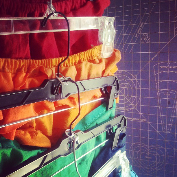 small #closet syndrome? Try this #cool #recycling #tip using soda can tabs to tier your #hangers >>>---> #ecofashion #smart #woah