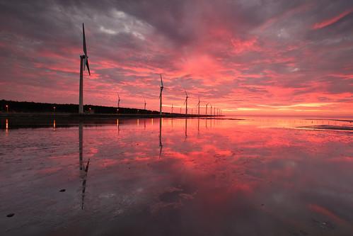 sunset sun reflection windmill canon landscape wind taiwan 夕陽 getty taichung 台灣 turbine 風景 hy gettyimages bai wetland 台中 濕地 風車 清水 高美 gaomei 風力發電 倒影 kaomei 風景攝影 fave50 5d2 hybai