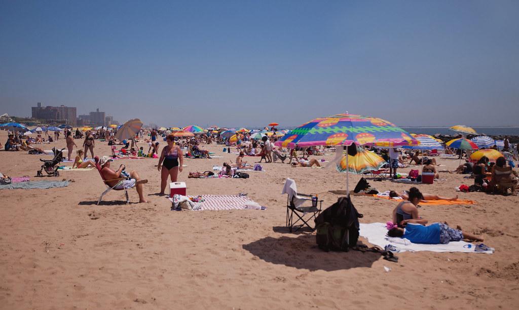 Coney Islandin kolmen mailin hiekkaranta ja charmantti boardwalk