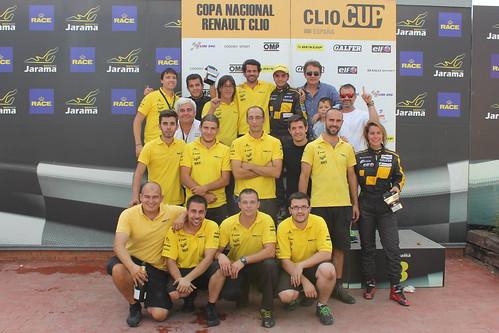 Equipo y pilotos en podio