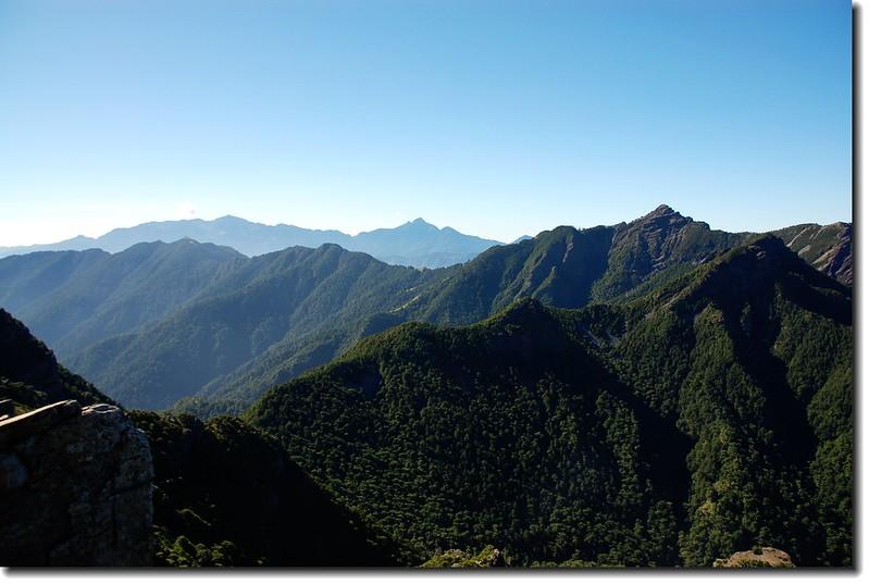 小霸尖山東南眺武陵四秀、北一段群峰