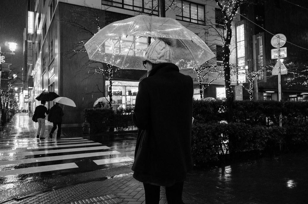 傘をさす女性 2013/12/19 GR011187