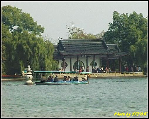 杭州 西湖 (其他景點) - 368 (西湖 湖上遊 往湖心亭 背景是小瀛洲上的三潭印月亭及其中一個石燈籠)