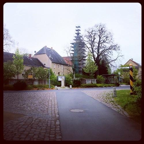 Pfarrhaus, Pilgerherberge und Kirchturmbaustelle heut im Trüben. #Skassa #Kirche #ökumenischerPilgerweg